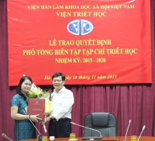 Trao Quyết định Phó Tổng biên tập Tạp chí Triết học
