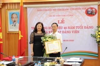 Lễ trao tặng Huy hiệu 40 năm tuổi Đảng cho GS.TS. Vũ Dũng